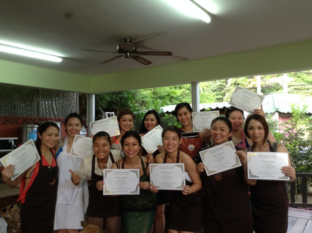 2015-06-02 18.07.51.jpg_Course_Cooking_change_holding the certificate.